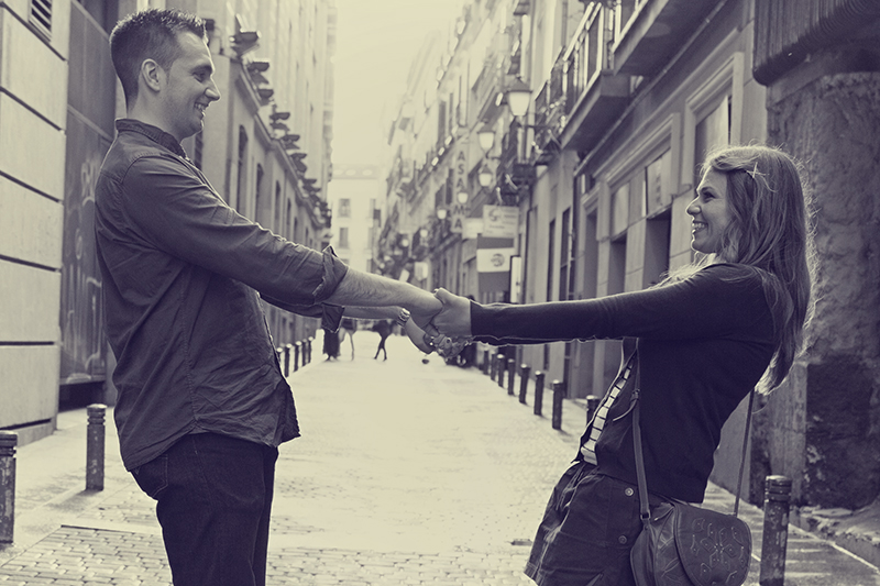 Incursión por el corazón de Madrid andando por las callejuelas y descubriendo sitios muy mágicos que hacen que Pilar y Rubén estén disfrutando al máximo.