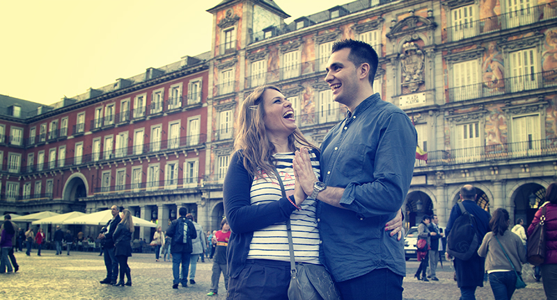 En plena Plaza Mayor los novios se lo pasan en grande, risas risas y más risas hacen que la sesión sea de lo más ameno junto con nosotros.