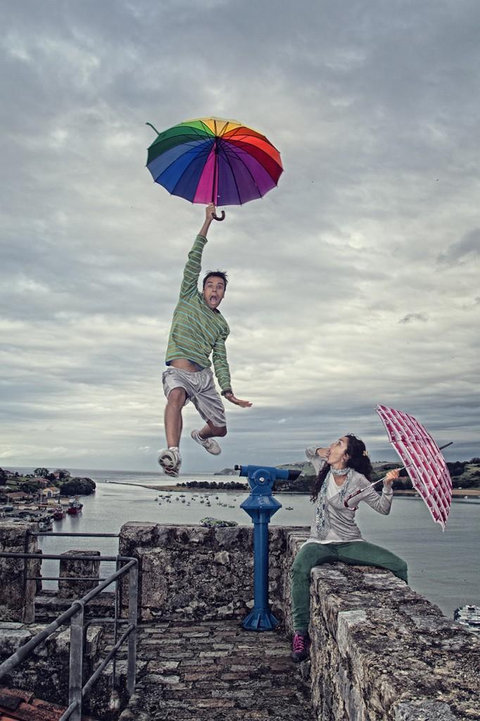 Como en Mary Poppins Alfonso salta desde la baranda para recrear un aterrizaje con el paraguas. Preparamos la escena y le dimos forma a la idea y como veis no se les escapo nada.